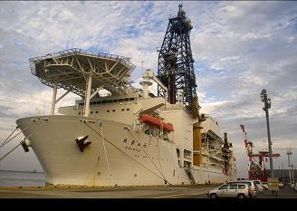 Le Chikyu au port. Crédit : Japan Agency for Marine Earth-Science Technology / Integrated Ocean Drilling Program